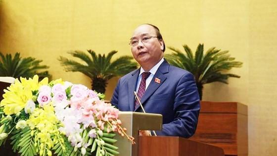 Thủ tướng Nguyễn Xuân Phúc trình bày báo cáo trước Quốc hội. Ảnh VGP