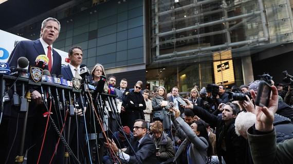 Thị trưởng thành phố New York, Bill de Blasio họp báo sau khi hàng loạt bưu kiện nghi là bom thư được phát hiện ở New York