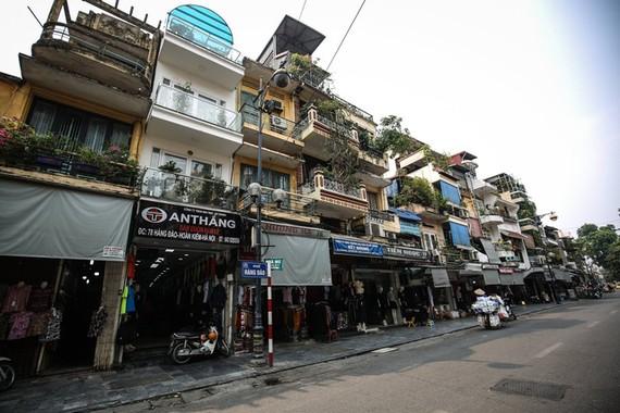 Phố Hàng Đào nằm trong khu phố cổ là khu vực bị quản lý và giám sát chiều cao xây dựng công trình - Ảnh: NAM TRẦN