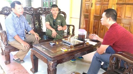 Phóng viên trao đổi với Trưởng và phó thôn Minh Tân
