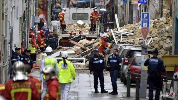 Lực lượng cứu hộ tìm kiếm các nạn nhân trong đống đổ nát sau khi hai tòa nhà ở trung Marseille bất ngờ sập - Ảnh: AFP