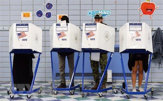 Cử tri Mỹ bỏ phiếu bầu Quốc hội giữa nhiệm kỳ tại điểm bầu cử ở Manhattan, New York. (Ảnh: THX/TTXVN)