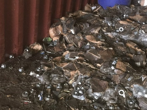 Tổng cục Hải quan đã phát hiện 4 container khai là hàng phế liệu nhưng bên trong giấu ốc vít, đĩa phanh xe ôtô các loại. (Ảnh: Tổng cục Hải quan)