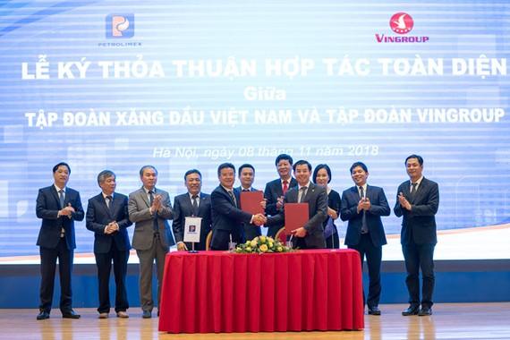 Ông Nguyễn Việt Quang – Tổng giám đốc Tập đoàn Vingroup và ông Phạm Đức Thắng – Tổng giám đốc Tập đoàn Xăng dầu Việt Nam và các lãnh đạo của hai bên tại lễ ký kết chiều ngày 8/11/2018