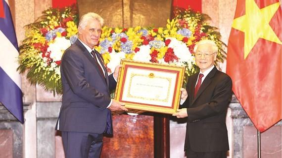 Tổng Bí thư, Chủ tịch nước Nguyễn Phú Trọng trao Huân chương Hồ Chí Minh tặng Chủ tịch Miguel Mario Diáz-Canel Bermúdez. Ảnh: TTXVN
