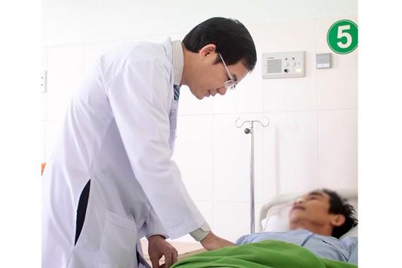 BS Nguyễn Hữu Kỳ Phương thăm khám cho bệnh nhân sau phẫu thuật