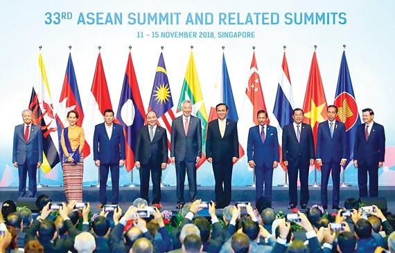 Thủ tướng Nguyễn Xuân Phúc và các trưởng đoàn chụp ảnh chung tại Lễ khai mạc Hội nghị Cấp cao ASEAN 33 Ảnh: TTXVN