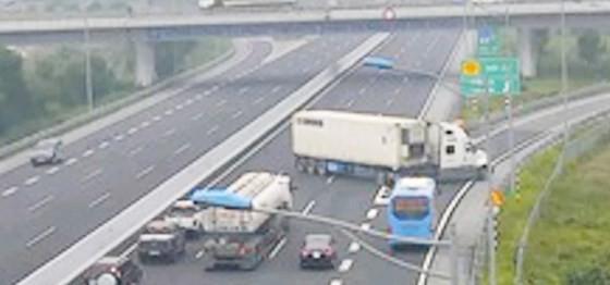Chiếc xe container BKS BKS 72C-121.80 đã đi ngược chiều, quay đầu vào đường dẫn trên cao tốc Hà Nội – Hải Phòng