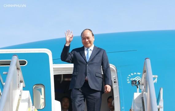 Thủ tướng Nguyễn Xuân Phúc và đoàn đại biểu cấp cao Việt Nam đến sân bay quốc tế Jackson, Port Moresby, Papua New Guinea, lúc 9h sáng 17/11, theo giờ địa phương, bắt đầu chuyến tham dự tham dự Hội nghị cấp cao Diễn đàn Hợp tác kinh tế châu Á-Thái Bình Dươ