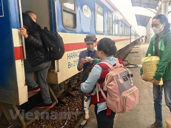 """Hành khách đi tàu ở các cự ly ngắn ngày càng đông. (Ảnh: Phương Linh/Vietnam+). """""""