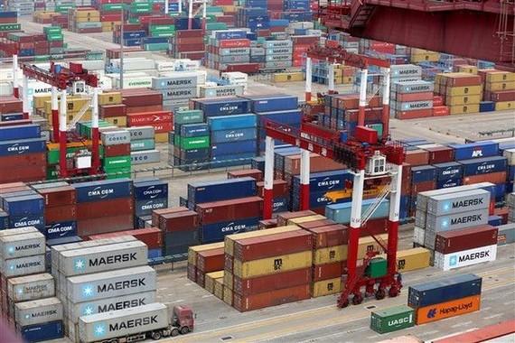 Hàng hóa được xếp tại cảng ở Thanh Đảo, tỉnh Sơn Đông, Trung Quốc. (Nguồn: EPA-EFE/TTXVN)