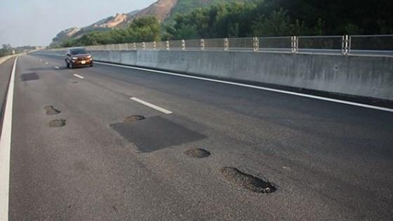 Cao tốc Quảng Ngãi- Đà Nẵng bị hư hỏng, xuất hiện nhiều ổ gà ngay sau khi được đưa vào khai thác, hiện đã được sửa chữa.