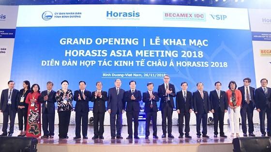 Phó Thủ tướng Trịnh Đình Dũng cùng lãnh đạo tỉnh Bình Dương và lãnh đạo Horasis tại lễ khai mạc diễn đàn