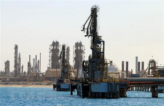 Một cơ sở khai thác dầu tại thị trấn al-Buraqah của Libya. (Ảnh: AFP/TTXVN)