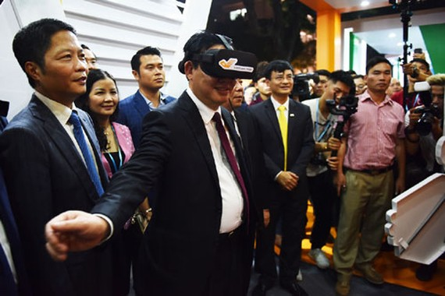 Phó Thủ tướng Vương Đình Huệ trải nghiệm thương mại điện tử tại phố đi bộ Hồ Gươm trong ngày khai mạc Online Friday. Ảnh: VGP/Phan Trang