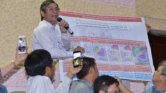 Người dân kiến nghị với lãnh đạo TPHCM về dự án Thủ Thiêm. Ảnh: VIỆT DŨNG