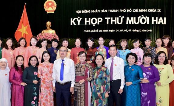 Bí thư Thành ủy TPHCM Nguyễn Thiện Nhân cùng các đại biểu HĐNDTP   Ảnh: VIỆT DŨNG