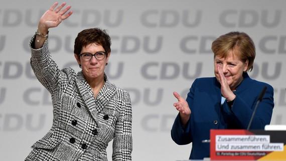 Bà Annegret Kramp-Karrenbauer đứng kế cựu thủ tướng Đức Angela Merkel sau cuộc bầu cử.
