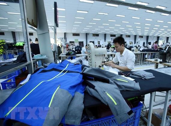 Sản xuất hàng may mặc tại Công ty may Kydo Việt Nam (Hưng Yên). (Ảnh: Phạm Kiên/TTXVN)