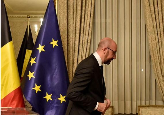 Thủ tướng Bỉ Charles Michel rời khỏi một cuộc họp báo