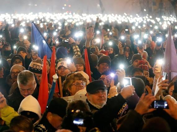 """Khoảng 10.000 người Hungary biểu tình phản đối điều luật """"nô lệ""""'"""