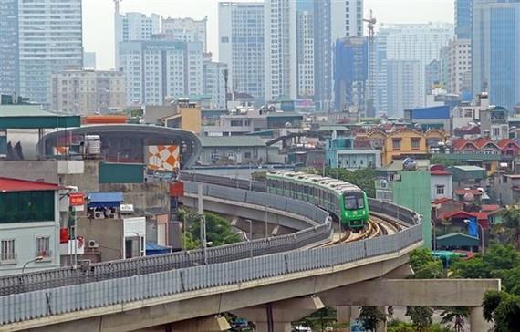 Đoàn tàu Cát Linh-Hà Đông vào ga La Thành. (Ảnh: Huy Hùng/TTXVN)