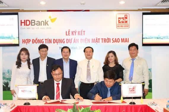 . Ông Trương Vĩnh Thành - Phó TGĐ Tập đoàn Sao Mai và ông Trần Kiên Nghị - GĐ HD Bank Rạch Dừa thực hiện nghi thức ký kết hợp đồng tín dụng dự án điện NLMT Sao Mai Solar PV1