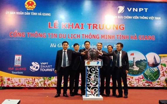Lãnh đạo tỉnh Hà Giang và Tập đoàn VNPT ấn nút khai trương Cổng thông tin du lịch thông minh.