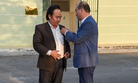 Ông Young-chel Kim gắn kỷ niệm chương của Hiệp Hội nhà vệ thế giới cho ông Lê Văn Hiệp.