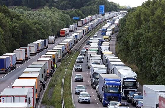 Mỗi ngày ước tính có 16.000 xe tải di chuyển qua lại giữa cảng Dover của Anh và Calais của Pháp