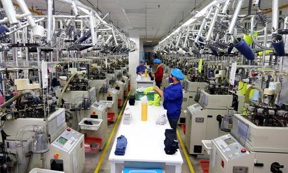 Dây chuyền sản xuất tất tại Công ty Dệt Nhuộm Jasan Việt Nam, vốn đầu tư của Trung Quốc, tại khu công nghiệp VSIP (Hải Phòng). (Ảnh: Danh Lam/TTXVN)