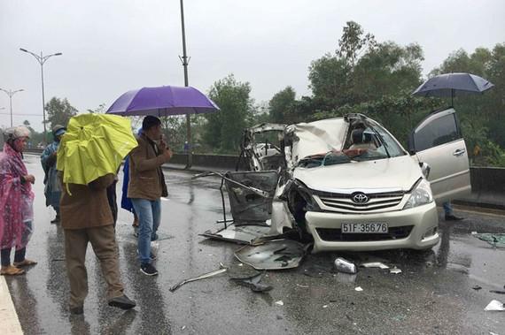 Một vụ TNGT do bất cập trên QL A phía Bắc tỉnh Thừa Thiên – Huế khiến 2 người bị trương nặng. Ảnh: Văn Thắng.