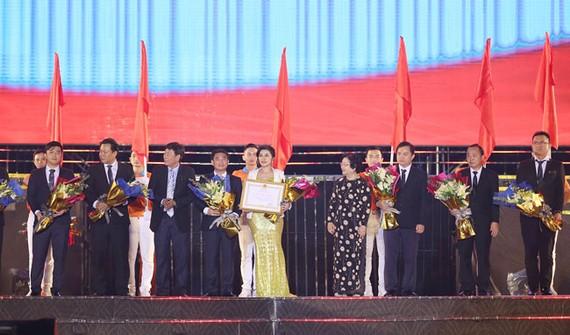 Bà Trương Mỹ Hoa, nguyên Phó Chủ tịch nước cùng ông Mai Hùng Dũng, Ủy viên Ban thường vụ, Phó chủ tịch Thường trực UBND tỉnh Bình Dương (bìa trái) trao tặng Huân chương Lao động Hạng II và hoa chúc mừng cho Ban lãnh đạo Kim Oanh Real