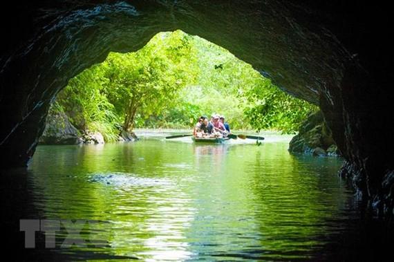 Du khách trong nước và quốc tế du thuyền thăm quan khu du lịch sinh thái Tràng An. (Ảnh: TTXVN)