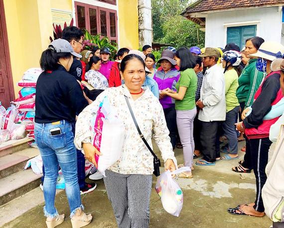 Tặng quà tết cho người dân nghèo tại huyện A Lưới