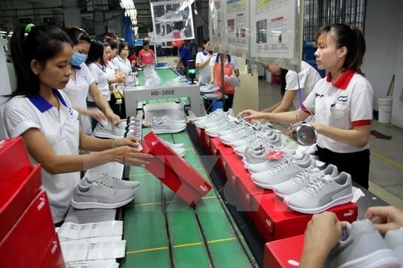 Sản xuất giày xuất khẩu. (Ảnh: Dương Chí Tưởng/TTXVN)
