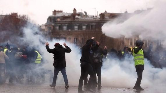 Cảnh sát dùng hơi cay, vòi rồng trấn áp đám đông biểu tình. Ảnh: Reuters