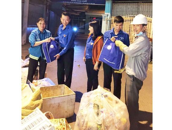 Các đoàn viên Công ty XSKTHG tặng quà cho công nhân có hoàn cảnh khó khăn vào dịp Tết Nguyên đán.