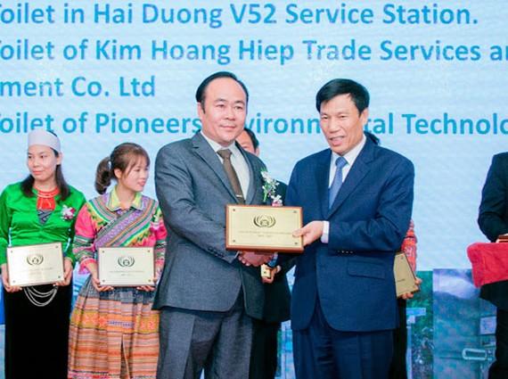 Bộ trưởng Bộ Văn hóa, Thể thao và Du lịch Nguyễn Ngọc Thiện trao giải thưởng cho ông Lê Văn Hiệp.