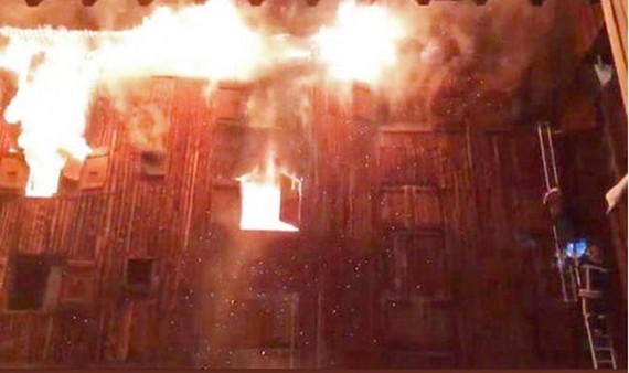 Hình ảnh ngọn lửa đang nhấn chìm tòa nhà.