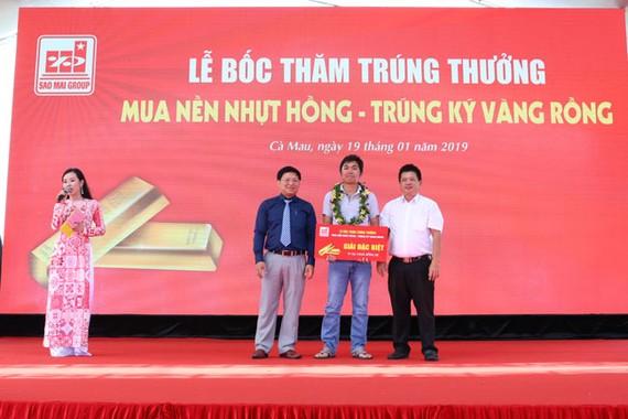Ông Trương Vĩnh Thành - Phó TGĐ Tập đoàn Sao Mai (áo xanh) trao giải đặc biệt cho khách hàng Trần Thanh Tuấn.