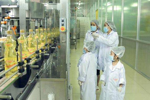 """Nghệ sĩ Ốc Thanh Vân và các bé """"biệt tài tí hon"""" tham quan quy trình sản xuất dầu ăn cao cấp Ranee."""