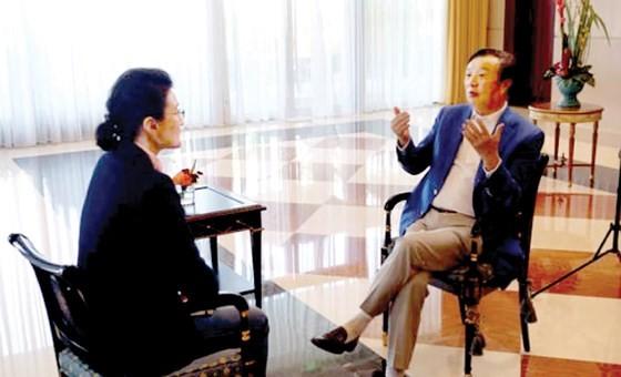 Chủ tịch tập đoàn Huawei Nhậm Chính Phi trả lời phỏng vấn trên CCTV