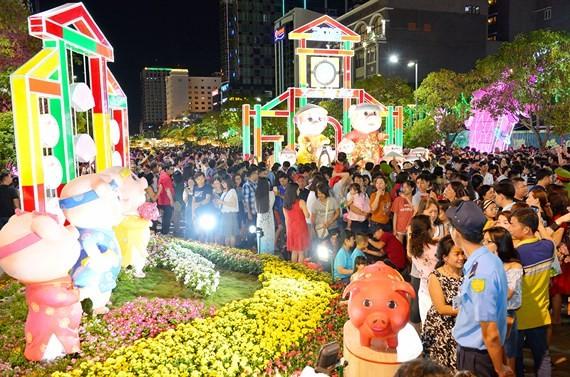 Đường hoa Nguyễn Huệ thu hút đông đảo người dân TPHCM và du khách tham quan. Ảnh: VIỆT DŨNG