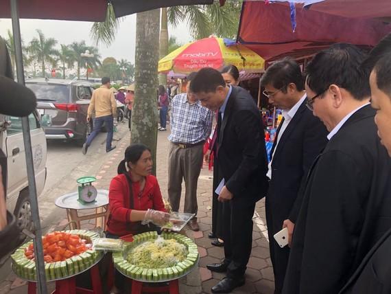 Đoàn kiểm tra ATTP của Bộ Y tế và Sở Y tế tỉnh Nam Định kiểm tra công tác ATTP xung quanh khu vực đền Trần. Ảnh: VGP/Hiền Minh