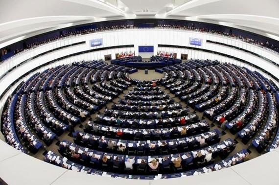 """Nghị viện châu Âu """"bật đèn xanh"""" kiểm soát đầu tư của Trung Quốc"""