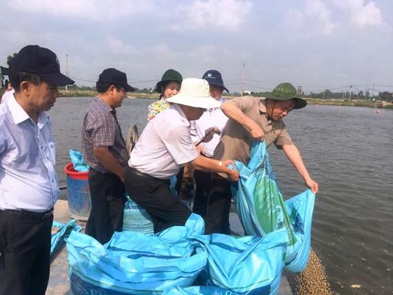 Lãnh đạo Bộ NN-PTNT và lãnh đạo tỉnh An Giang thăm vùng nuôi cá tra chất lượng cao của Công ty CP Nam Việt.