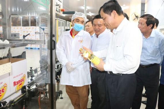 Bộ Trưởng Bộ NN&PTNT Nguyễn Xuân Cường thăm quan dây chuyền sản xuất Nhà máy dầu cá Châu Á (AFO) thành viên Tập đoàn Sao Mai.
