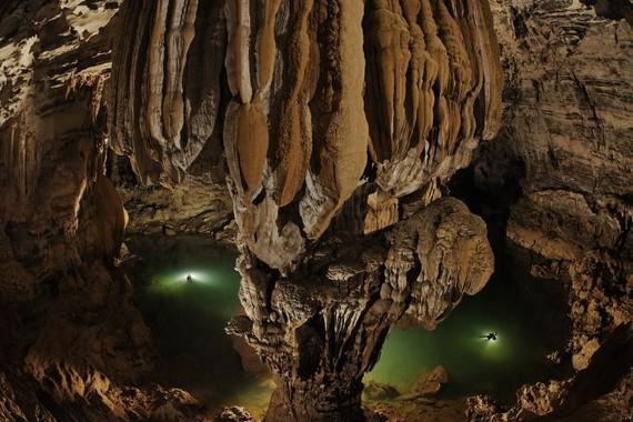 """""""Bơi trong hang Ken"""" của Carsen Peter là 1 trong 8 bức ảnh về hang động đẹp nhất thế giới do National Geographic bình chọn. (Ảnh do Oxalis cung cấp)"""