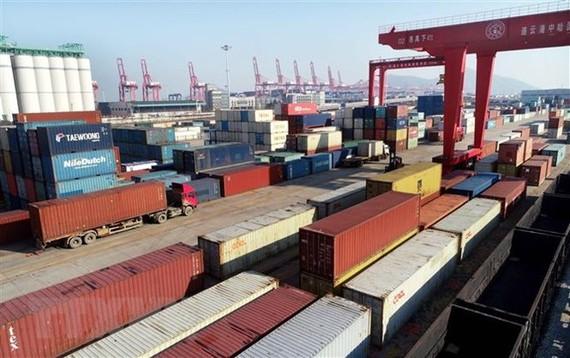 Hàng hóa được xếp tại cảng ở Liên Vân Cảng, tỉnh Giang Tô, miền đông Trung Quốc, ngày 12/12/2018. (Ảnh: THX/TTXVN)